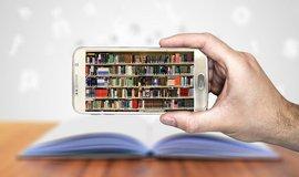 Studentům jsou k dispozici moderní e-learningový systém a rozsáhlá online knihovna.