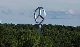 Logo Mercedes Benz u továrny v Alabamě