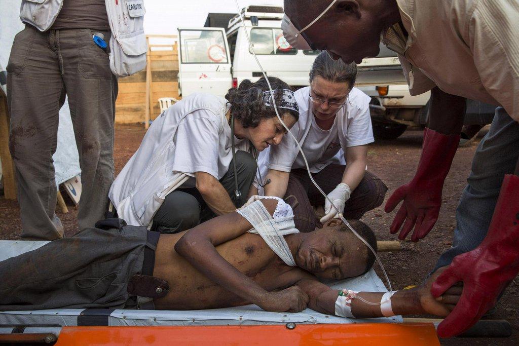 Tým Lékařů bez hranic v táboře Mpoko ošetřuje zraněného muže před odjezdem do nemocnice