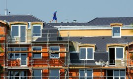 Studie: Češi musí na nové bydlení šetřit stále nejdéle v Evropě, vyjde je na 11 ročních platů