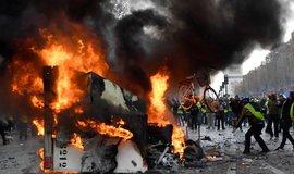 """Protesty """"žlutých vest"""" proti vládě a jejímu záměru zdražit pohonné hmoty."""