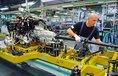 Dělník v BMW upevňuje kardanovou hřídel