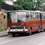 Nepřestupní jízdenka v pražské MHD stála za socialismu řadu let 1 Kčs. Dnes vyjde základní časově omezené jízdné na 24 korun. Republikový průměr dosahuje 12 korun za jednu jízdu. Na snímku je maďarský kloubový autobus Ikarus, který tvořil část flotily pražského dopravního podniku