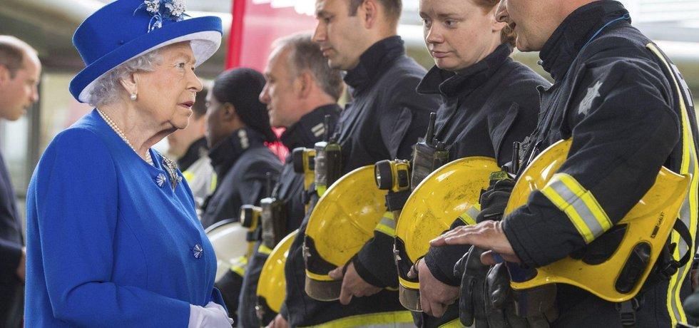 Místo požáru navštívila královna Alžběta II.