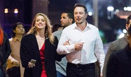Elon Musk s herečkou Amber Heardovou v květnu 2017.