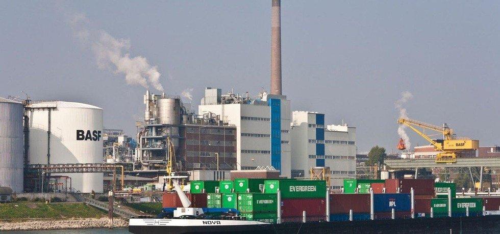 Chemička koncernu BASF na břehu Rýna poblíž  Ludwigshafenu, ilustrační snímek