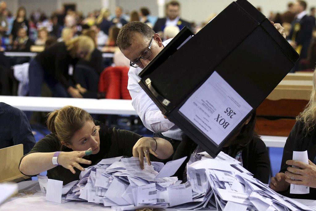 Sčítání hlasů začalo. A s ním možná i pád premiérky Mayové