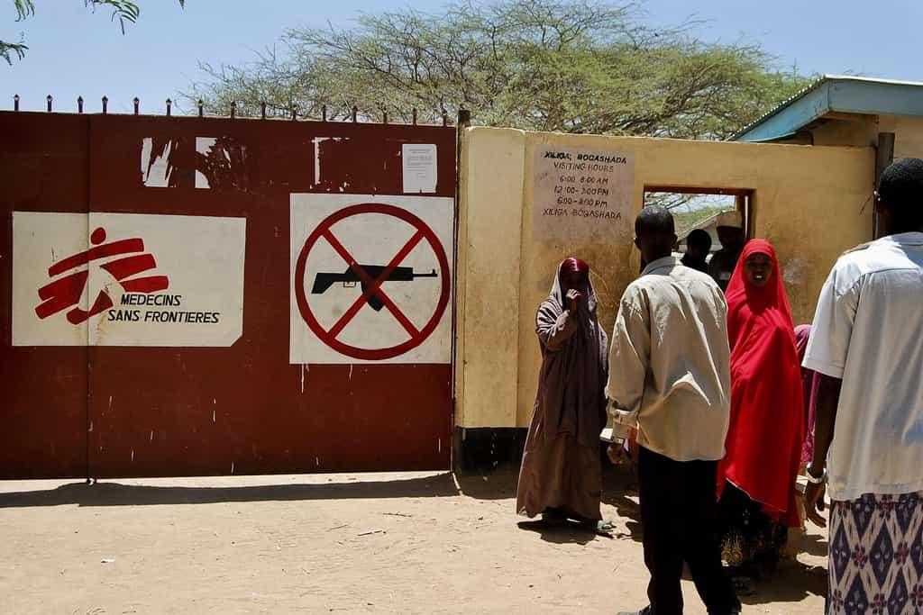 Uprchlíci čekají před zdravotnickým zařízením v Dadaabu