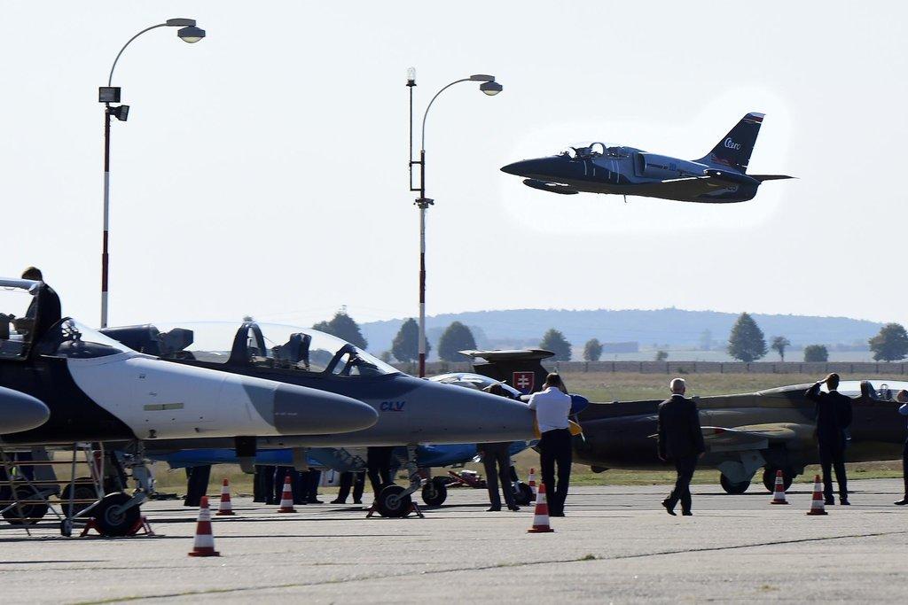Prototyp letounu L-39NG by měl vzlétnout v roce 2018. Na snímku ve vzduchu je ukázkový letoun L-39CW.