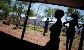 Plán EU stavět hotspoty v Africe připomíná snahu přehradit řeku oblázky