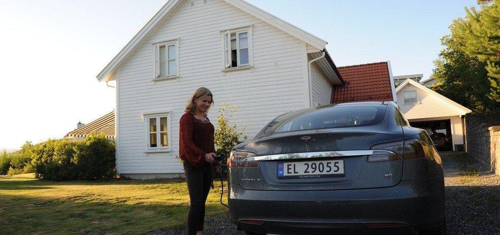 Majitelka vozu Tesla v Norsku, ilustrační foto