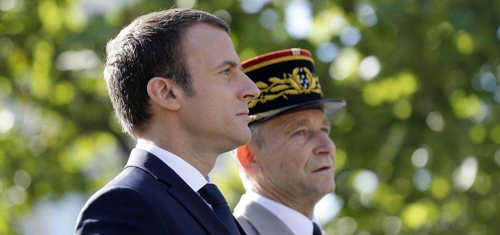 Francouzský prezident Emmanuel Macron a odstupující šéf armády Pierre de Villiers