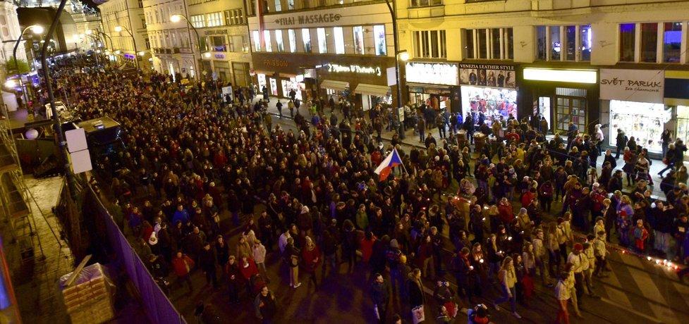 Lidský řetěz se svíčkami, který měl spojit Národní třídu s památníkem obětí totalitních režimů na Újezdě, uspořádala iniciativa Bezkomunistů.cz