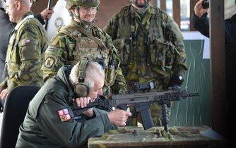 Vršovice na Lounsku, střelnice 41. mechanizovaného praporu, prezident Miloš Zeman Prezident si na střelnici vyzkoušel podle svých slov poprvé v životě střelbu ze samopalu