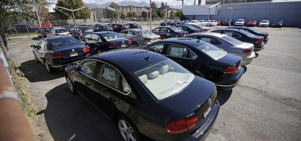Volkswageny zaparkované u amerického dealerství