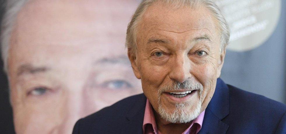 Ve věku 80 let zemřel zpěvák Karel Gott