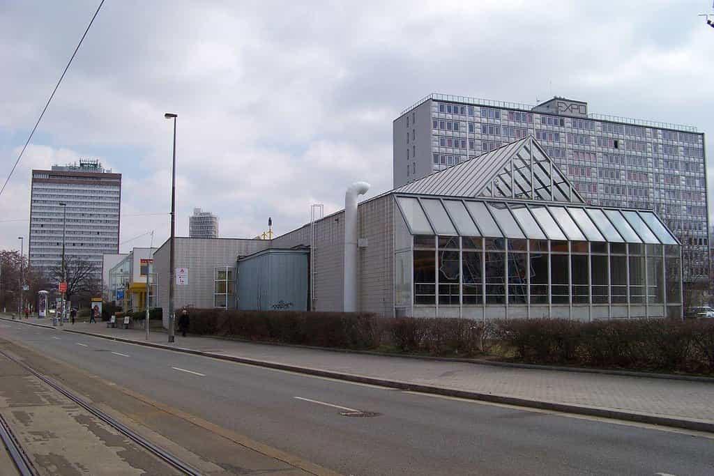 V popředí stanice metra Invalidovna, hotelový dům a hotel Olympik