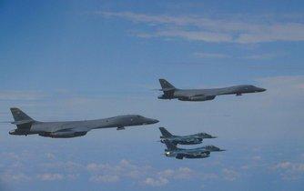 Americké strategické bombardéry B-1B Lancer v doprovodu stíhaček