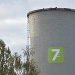 Aktivisté Greenpeace na chladící věži elektrárny Chvaletice