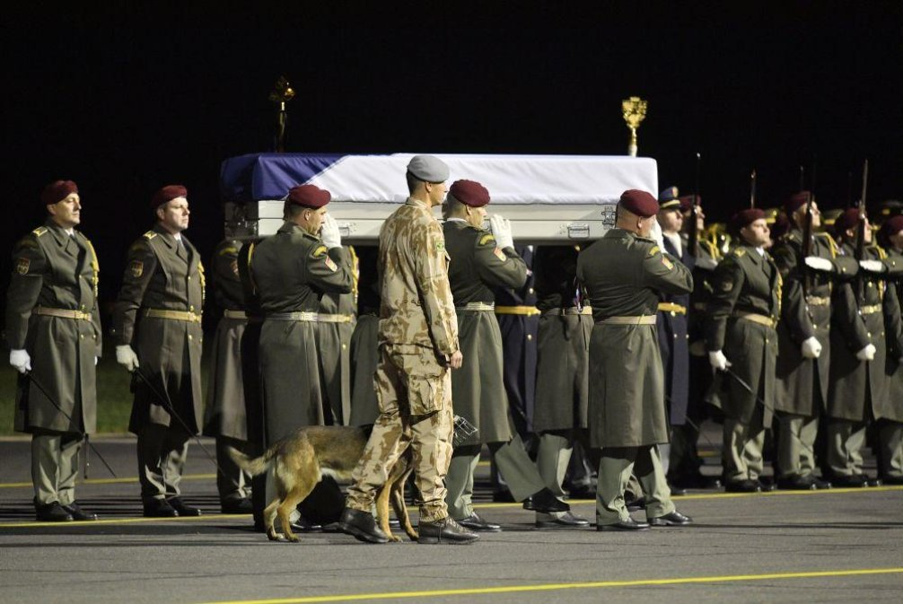 Rakev doprovázel  jeden ze psů, kteří s Procházkou sloužili v Afghánistánu