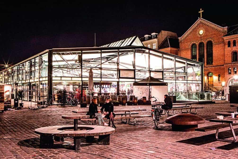 Torvehallerne - Frederiksborggade 21. Tržnice je centrem všeho dění. Přímo z letiště k ní jede metro a od ní zas autobusy do všech směrů. Vyhnout se jí nelze. Ve dvou prosklených budovách a na venkovním prostranství kolem nich najdete esenci Kodaně - výběrovou kávu, obložené chlebíčky, ryby a mořské plody, sýry, lokální pivo, pečivo a mnoho dalšího. Chlebíček je povinností, stejně jako filozofické zamyšlení nad tím, proč my Češi tak zarputile tvrdíme, že chlebíčky jsou náš vynález. Ty místní jsou jiné, ale neméně skvělé a mnohonásobně dražší. Nepřepočítávejte, levného tu nenajdete nic. Místní stánky nejsou unikátní. Tytéž chlebíčky, kávu od The Cofiee Collective nebo pivo od Mikelleru najdete i jinde ve městě. Specifická je ale atmosféra a koncentrace tolika dobrých věcí na jednom místě. Venku zamiřte ke stánku Hija de Sanchez a dejte si pár tacos, protože ty si u nás v téže kvalitě zatím nedáte.