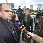 Hejtman Pardubického kraje Martin Netolický (vlevo) hovoří s novináři, přihlíží vedoucí energetické kampaně Greenpeace Jan Rovenský