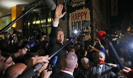 Neúspěšný levicový kandidát Jean-Luc Melenchon obklopený svými podporovateli a novináři.