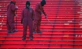Newyorští metaři uklízejí schody na Broadwayi
