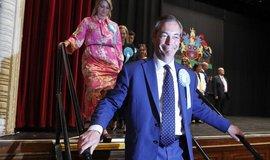 V Británii jasně vyhraje brexitář Farage, tradiční strany u voličů propadly