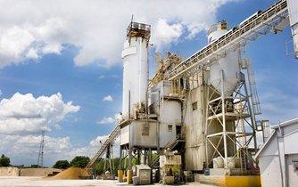 Továrna na výrobu cementu - ilustrační foto