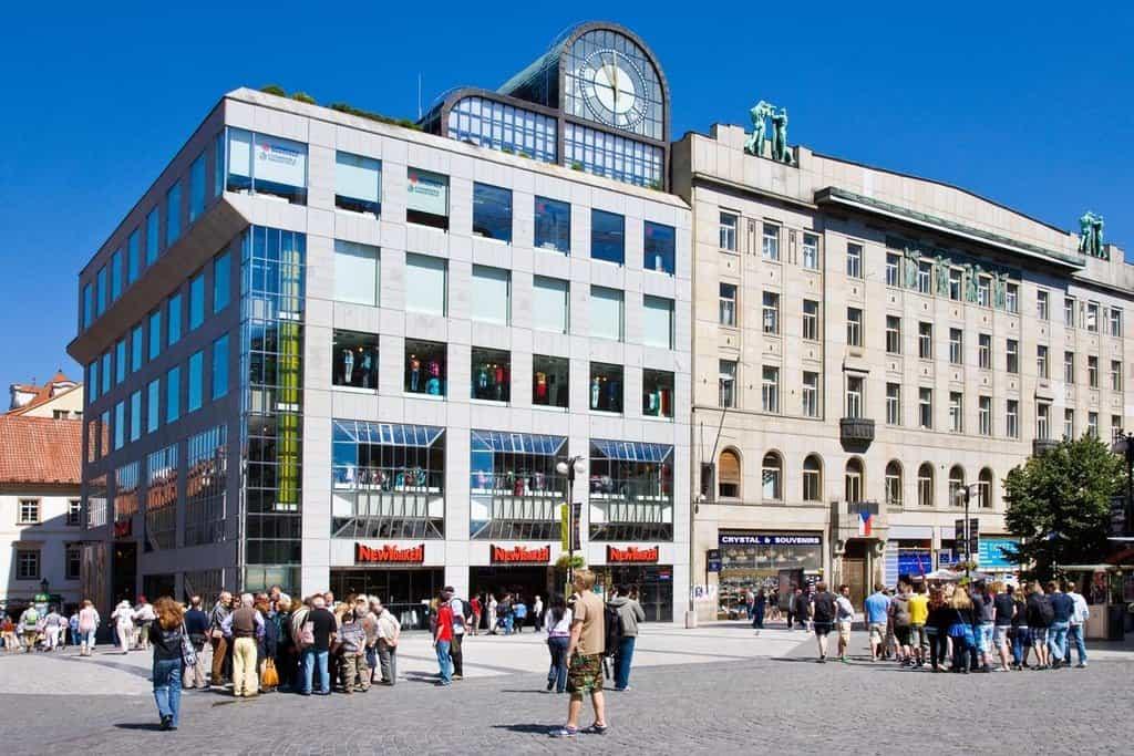 Nová budova ve stylu novofunkcionalismu či postmodernismu byla dostavěna v roce 1983 podle projektu Jana a Aleny Šrámkových
