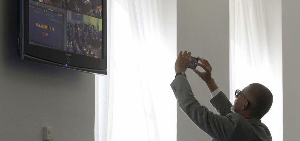 Ministr financí Andrej Babiš sleduje na chodbě Poslanecké sněmovny, jejíž schůze pokračovala 14. září v Praze, výsledky hlasování o pozměňovacích navrzích zákona o střetu zájmů.