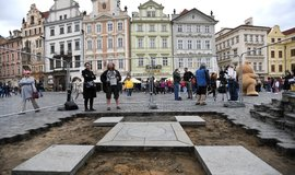 Akce k obnově Mariánského sloupu v Praze vyvolala potyčku s městskou policií
