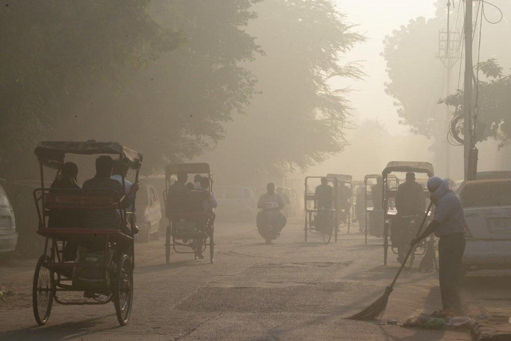 Rikši zahalené ve smogu ve staré čtvrti Dillí