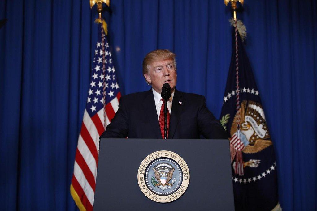 Takto Trumpa zachytil fotograf, když vysvětloval úder na syrskou leteckou základnu. Akcí, při níž USA zničily Asadova letadla, která s největší pravděpodobností shazovala chemické bomby na civilisty, si Trump získal respekt spojenců a vyslal i výmluvný signál vůdci KLDR Kim Čong-unovi, aby ho nebral na lehkou váhu.