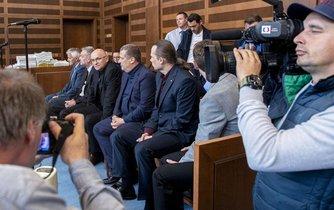 Rozsáhlá kauza se týká také přípravy dotačního podvodu, zjednání výhody při zadání veřejné zakázky či pokusu o poškození finančních zájmů EU. Na snímku jsou obžalovaní (zleva) Vladimír Nový, Petr Pejcha, Jiří Mottl a Petr Flaška