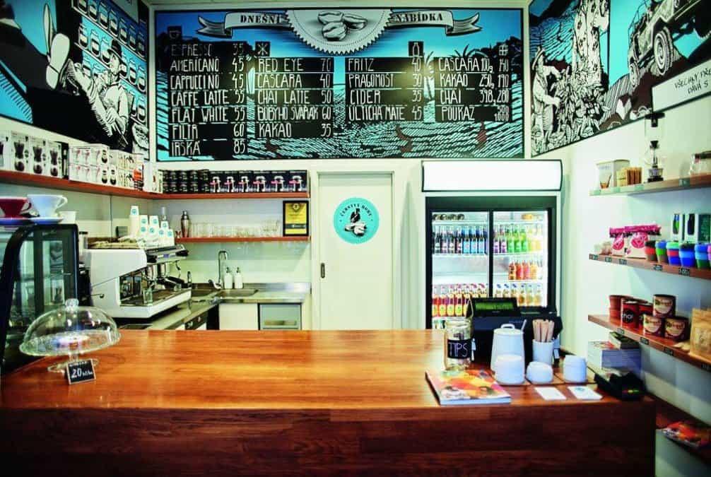 Kafekrámek čerstvý Boby, Nádražní 47, Ostrava. Ostrava kávově nijak nestrádá, a pokud si chcete dát opravdu dobrou kávu, budete mít na výběr. Kafekrámek Čerstvý Boby je ideální na rychlou kávu, nákup kávových zrn či propriet nebo na netradiční osvěžení v podobě koly s espresem. Espreso s tonikem mají leckde, ale s kolou? A překvapivě to není vůbec špatné. V relativně malém espreso baru si neposedíte, ale můžete v něm uspokojit své základní kávové potřeby cestou z nádraží nebo z Ostravy, a to se počítá.