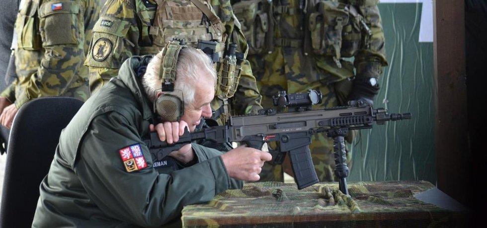 Miloš Zeman na střelnici, ilustrační foto