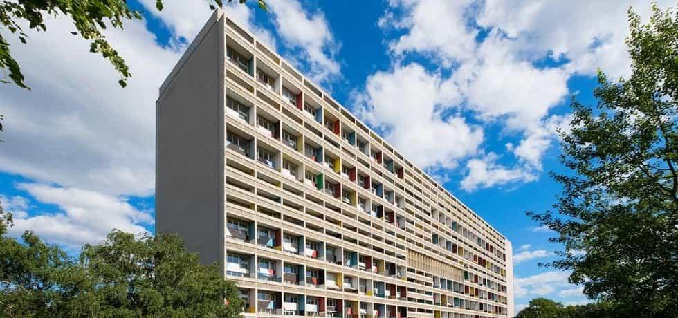 Jako na Pankráci. Le Corbusierova Unité d´habitation v Berlíně (Západním) z roku 1957 - ve velmi podobném domě, včetně těch pilířů, pouze postaveném o deset let později, vyrůstal autor textu v Praze na Pankráci.