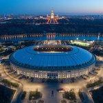 Lužniki (Moskva) – Kapacita: 80 000. Slavný moskevský stadion byl postaven v roce 1956 a původně nesl jméno Vladimira Iljiče Lenina. Letos byla dokončena jeho rozsáhlá rekonstrukce. Kromě zahajovacího utkání Ruska se Saúdskou Arábií se na něm bude konat i jedno ze dvou semifinále a také finálový duel. V roce 1993 se na něm konal první koncert Michaela Jacksona na ruském území.