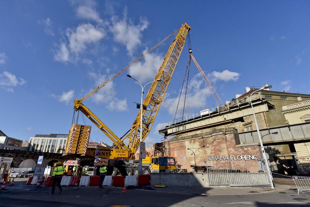 Dělníci odstranili část Negrelliho viaduktu. Opravy potrvají ještě přes dva roky