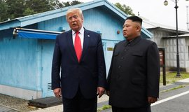 Donald Trump a Kim Čong-un v demilitarizované zóně mezi oběma Korejemi