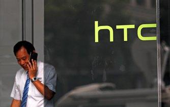 Zaměstnanec HTC telefonuje v sídle společnosti