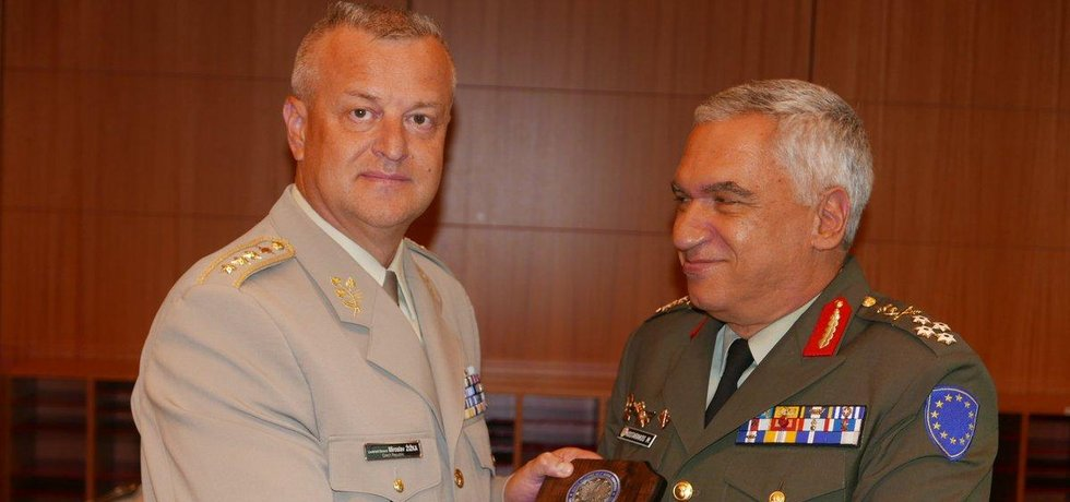 Miroslav Žižka (vlevo) se 19. července 2017 rozloučil se svými kolegy ve Vojenském výboru EU a zamířil do Prahy