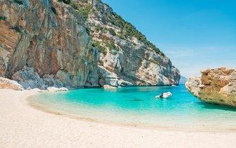 Turisté kradou písek z pláží na Sardinii.