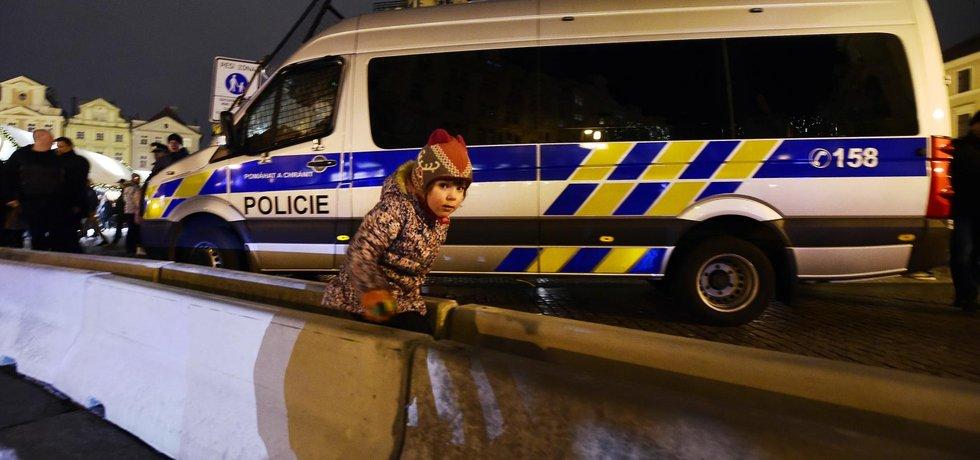 Betonové zábrany nainstalovala policie 21. prosince u tržiště na Staroměstkém náměstí v Praze v reakci na teroristický útok na vánoční trhy v Berlíně.