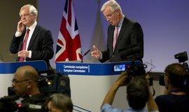 Hlavní unijní vyjednavač o vystoupení Velké Británie z EU Michel Barnier (vpravo) a britský ministr zahraničí  David Davis na jednání v Bruselu
