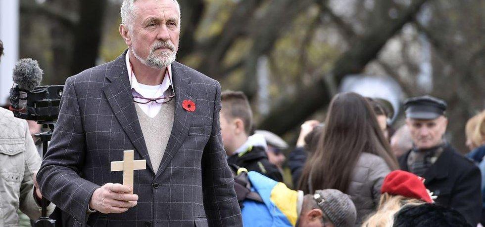 Zapíchnutím tisícovky dřevěných křížů do trávníku brněnského Moravského náměstí si lidé 11. listopadu na akci Tisíc křížů pro veterány připomněli Den válečných veteránů. Mezi účastníky pietní akce byl i bývalý premiér Mirek Topolánek.
