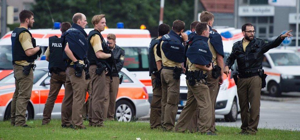 Mnichovská policie během zásahu po střelbě v obchodním domě (Zdroj: čtk)
