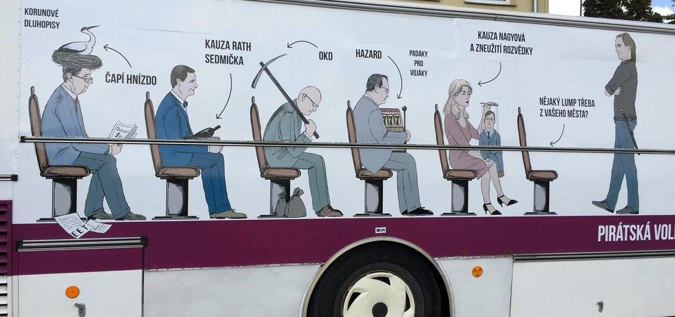 Předvolební autobus Pirátů provokuje aktéry kauz